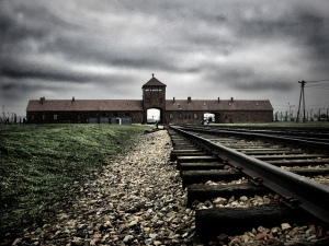 Panorámica actual de la entrada a Auschwitz. Foto: (cc) Flickr/ Yam Amir.